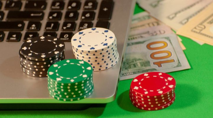 Online poker on the computer, chips and cash