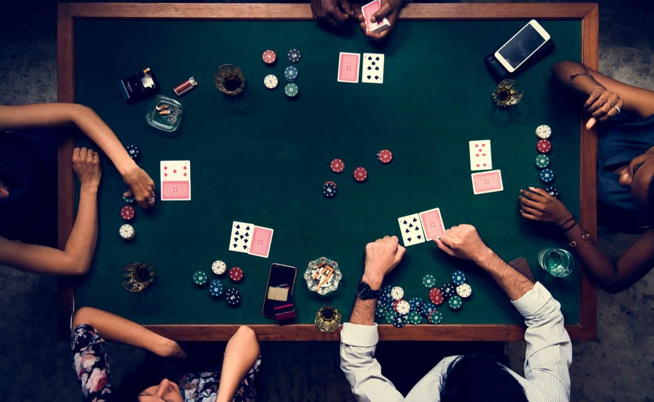 Foto udara dari orang-orang di meja poker dengan kartu dan chip poker