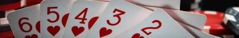 chip poker dan kartu dengan latar belakang hitam