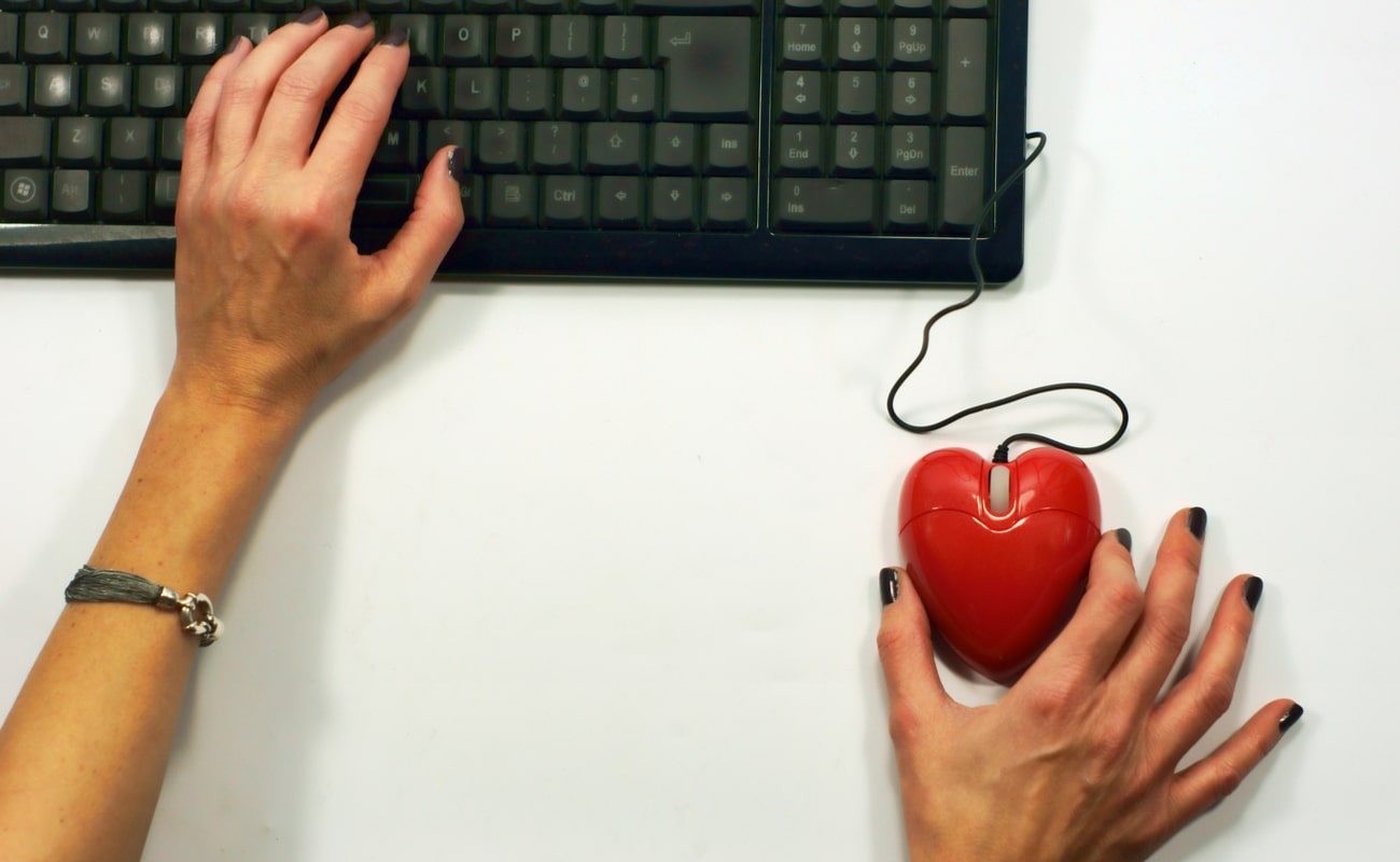 Red computer mouse shaped as heart online dating concept