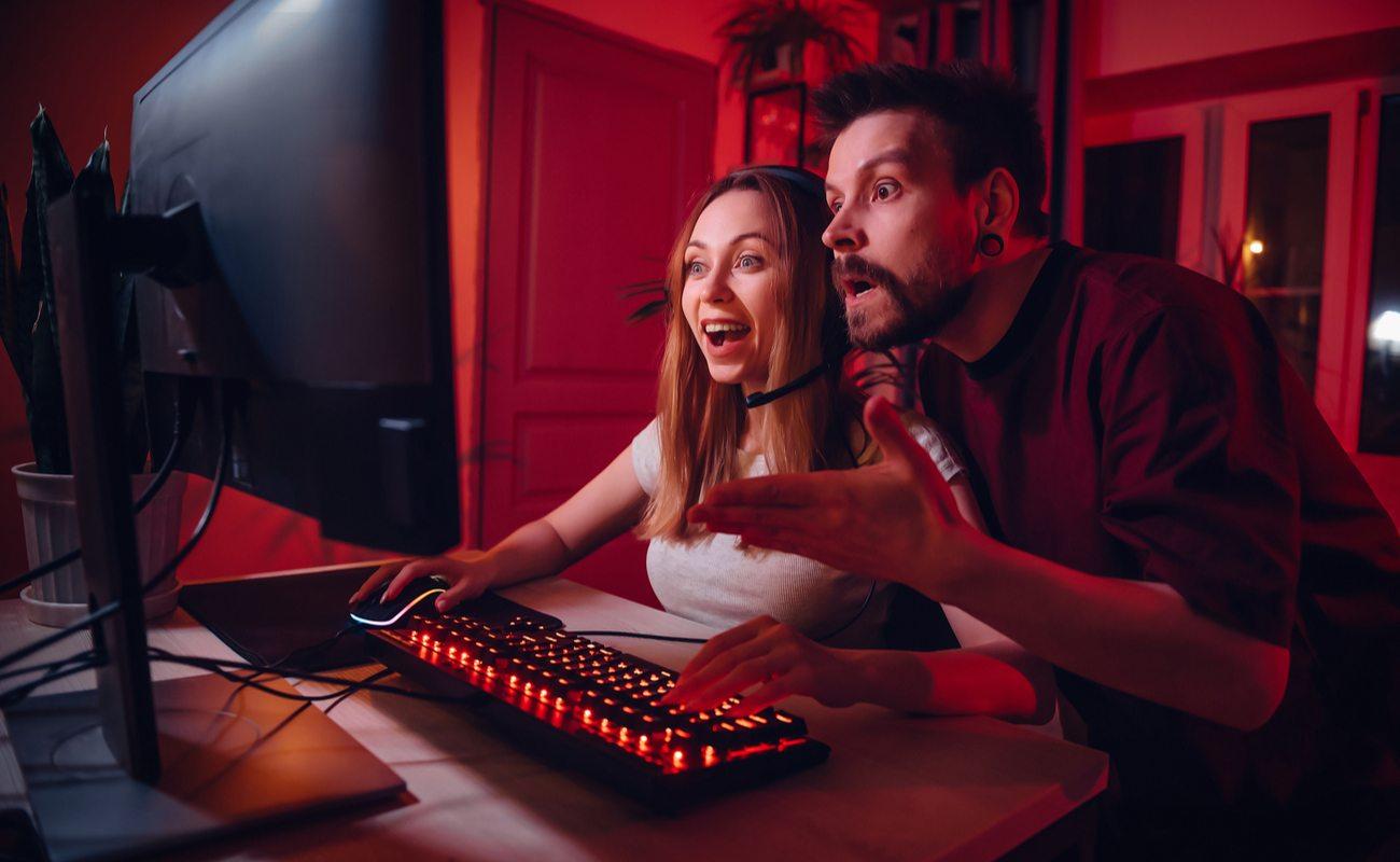 Seorang pria dan wanita kagum saat bermain game PC