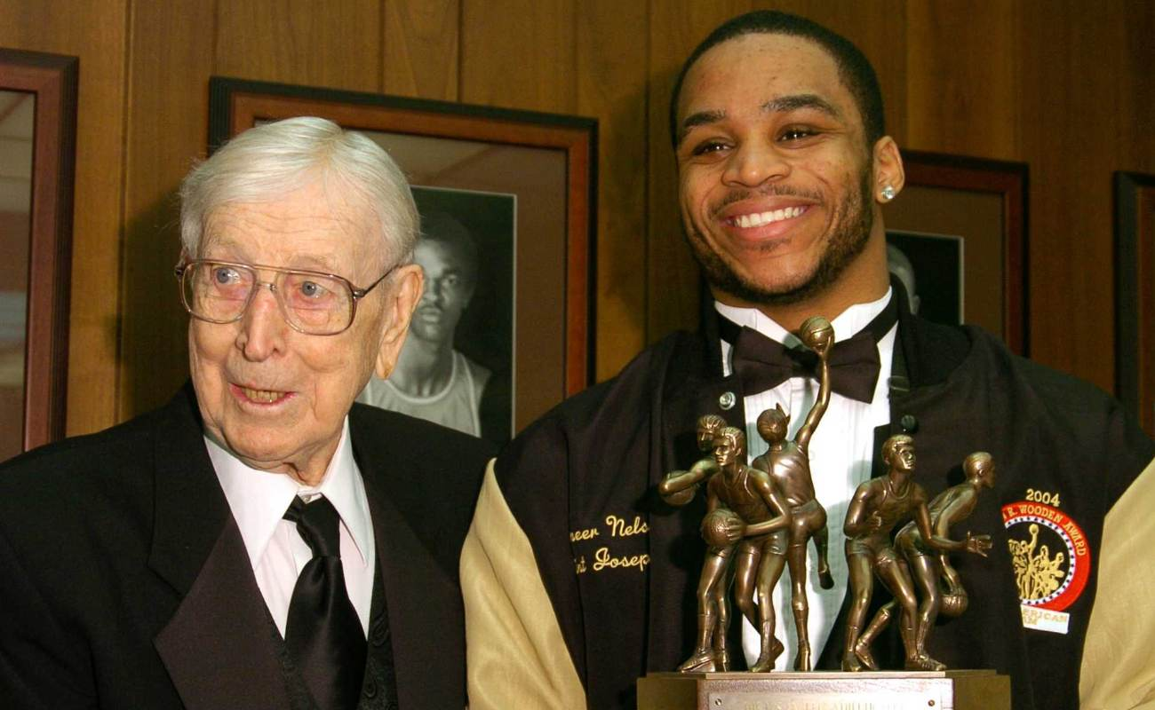 John R. Wooden and Jameer Nelson of Saint Joseph's University receiving the John Wooden Award
