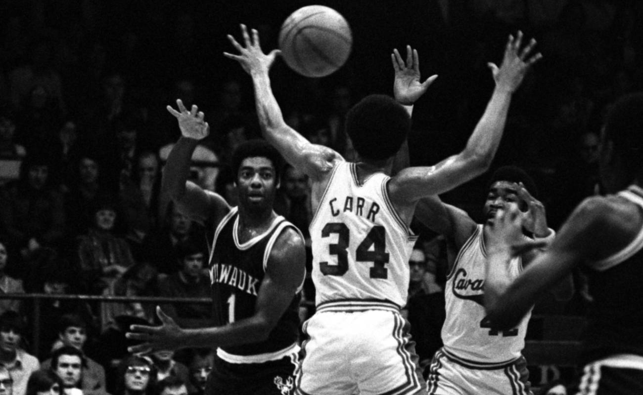 1973: Guard Oscar Robertson #1 of the Milwaukee Bucks passes the ball through the arms of Austin Carr #34 of the Cleveland Cavaliers