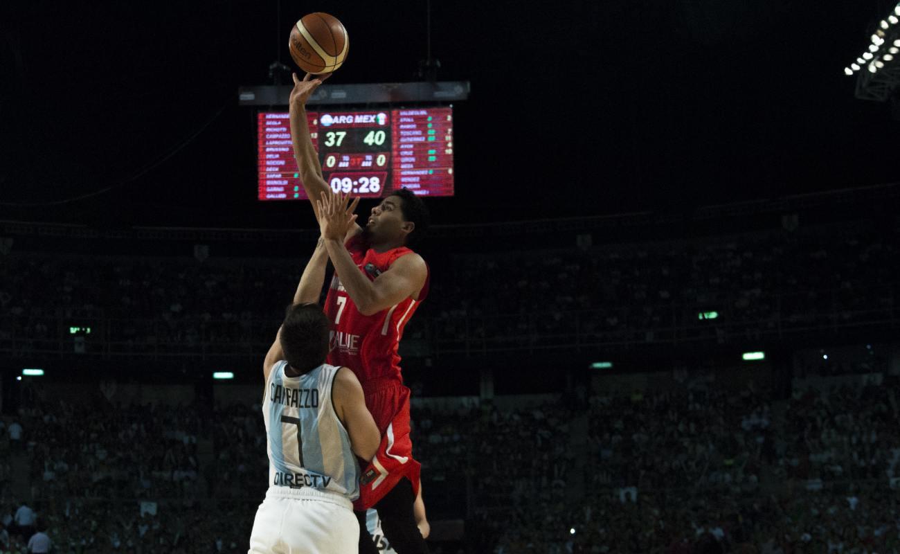 Jorge Gutierrez shoots to the basket over Facundo Campazzo.
