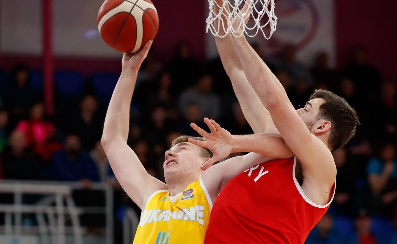 Serhii Pavlov attacks the basket fouled by opponent