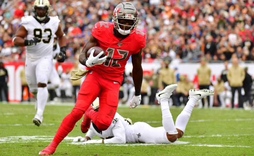 Chris Godwin of Tampa Bay Buccaneers catches ball during game against New Orleans Saints