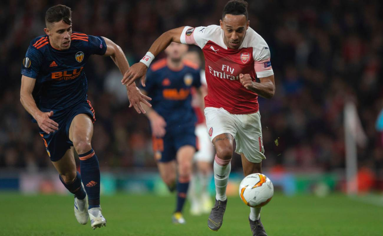 Pierre-Emerick Aubameyang Chases Down the Ball - Photo by TF-Images/Getty Images