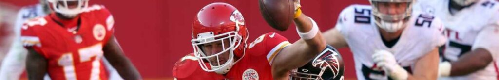 Travis Kelce #87 of the Kansas City Chiefs carries the ball after a catch against the Atlanta Falcons during the fourth quarter at Arrowhead Stadium on December 27, 2020 in Kansas City, Missouri. (Photo by Jamie Squire/Getty Images)